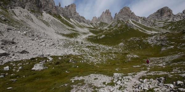 Im oberen Val Monfalcon di Forni öffnet sich ein weites Felsenrund mit einsamen Felswänden