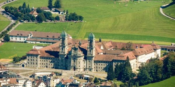 Blick Richtung Einsiedeln mit dem Kloster.