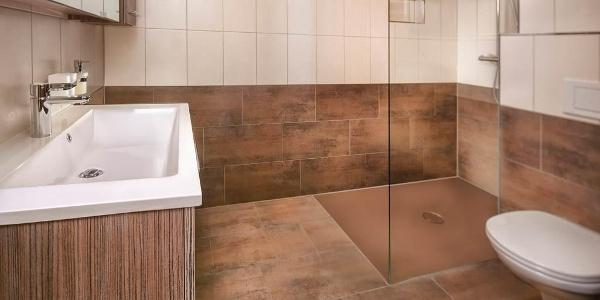 Badezimmer mit Regenwalddusche