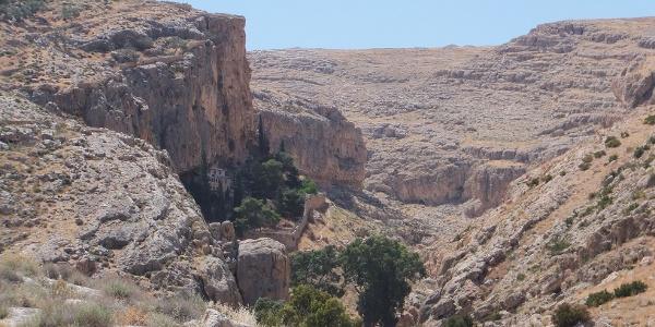 Hoch oben in den Felsen befindet sich das Kloster
