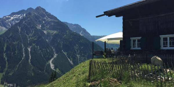 Sonna-Alp mit Blick auf die Walser Bergkette