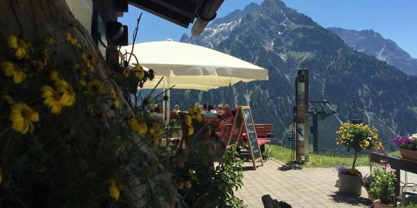 Sonnige Terrasse der Sonna-Alp