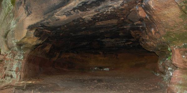 höhle unterhalb der Burg Alt-Dahn