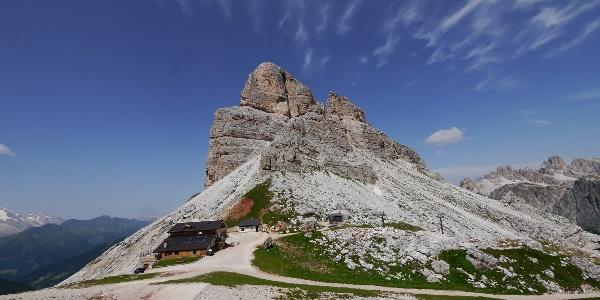 Das Rifugio Averau vor dem Monte Averau