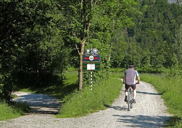 Innradweg Kiefersfelden (geradeaus), nach links Abzweigung Kieferer See