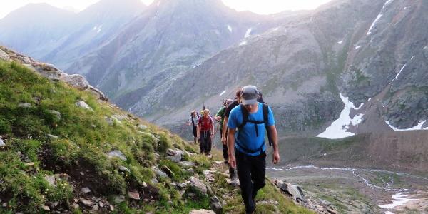 Der Weg ist gut markiert und an keiner Stelle besonders ausgesetzt. Hinten die Innere Wetterspitze (3055 m).