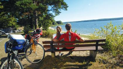Mit Blick aufs Wasser kann man direkt am Plauer See eine Rast einlegen.