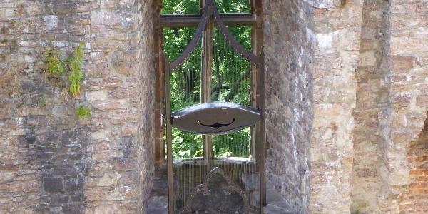 Windharfe in den Ruinen des Rittersaals