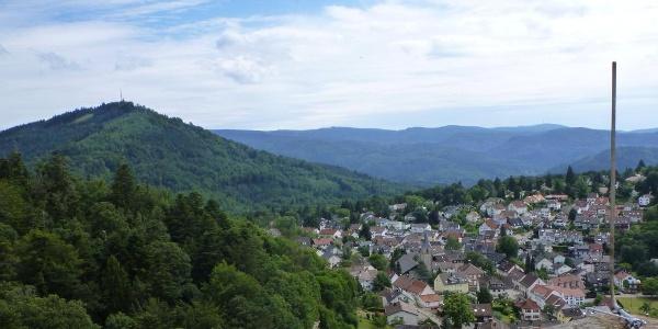 Blick vom Turm der Burg Alt Eberstein auf den Merkur und Ebersteinburg