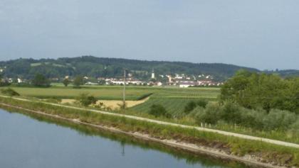 Über den Mittlere Isar Kanal mit Blick auf Wartenberg