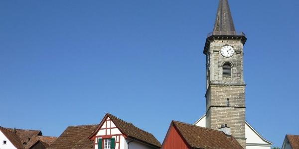 Das Alte Schulhaus und der Turm der evang. Kirche