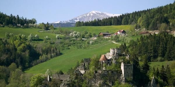 Semmeringbahn und Burgruine Klamm