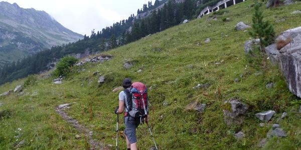 Zumeist über Steige führt der Anstieg hinauf zur Staukrone des Zillergrundspeichers.