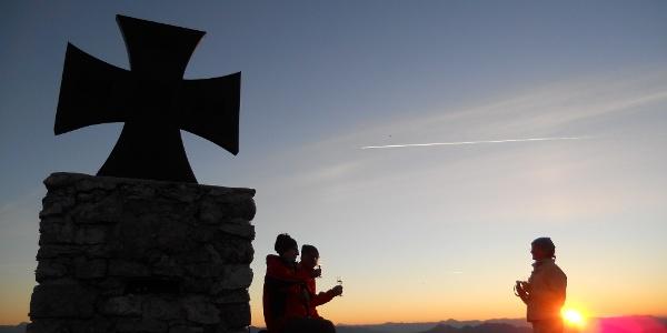 Sonnenaufgang beim Gartnerkofel-Gipfelkreuz