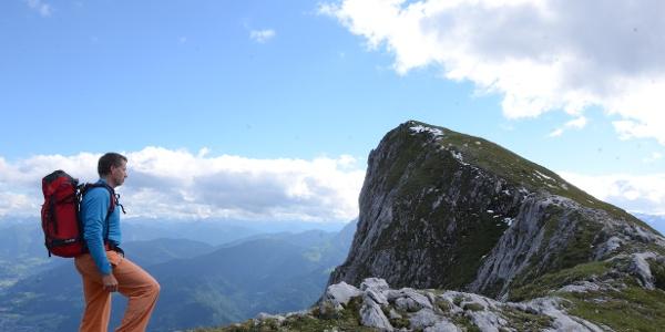 Ein Wiesenrücken führt auf den Klettergipfel Großes Fieberhorn.