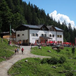 Gaudeamushütte mit voller Hüttenterrasse