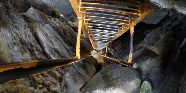 Der sehr steile und extrem enge Auf- bzw. Abstieg durch den Kamin im oberen Teil zum Sachsenstein