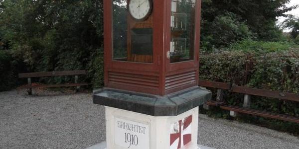 Eine historische Wetterstation vor dem Stift St. Florian