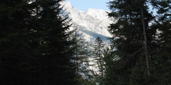 Wetzsteinhöhle zu sehen beim Abstieg im Josertal