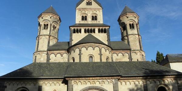 Blick auf das Hauptportal der Abtei