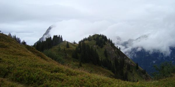 Blick zum Wolfsbacherturm (wegen der Witterung diesen Gipfel ausgelassen)