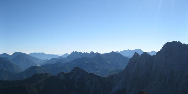 Blick zur Koschuta (gezoomt), rechts dahinter die Steiner Alpen