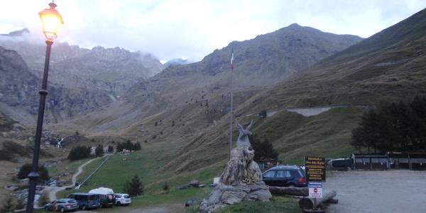 Blick vom Vorplatz auf die Bergkette des Monviso