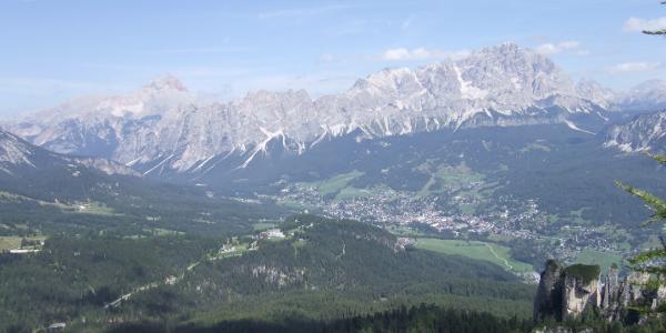 Blick auf Cortina d'Ampezzo mit Hoher Gaisl und Cristallo