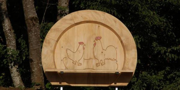 Die Hahn-und-Henne-Begrüßungsbank am Start