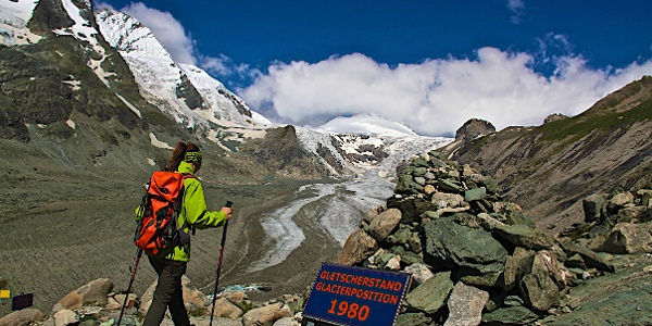 Gletschervorfeld mit Jahrestafeln