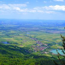 Blick vom Gipfelkreuz auf Schehdorf den Kochel-und Karpfsee