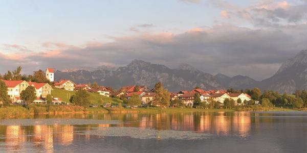 Hopfensee mit Blick auf die Ortschaft Hopfen am See