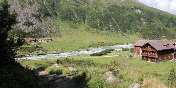 Blick zur Alpenrose Hütte