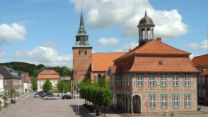 1_Boizenburger Markt mit Rathaus und St. Marien Kirche