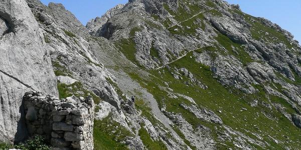 A sinistra un ricovero della Grande Guerra in vista del cupolone sommitale del monte Lastroni