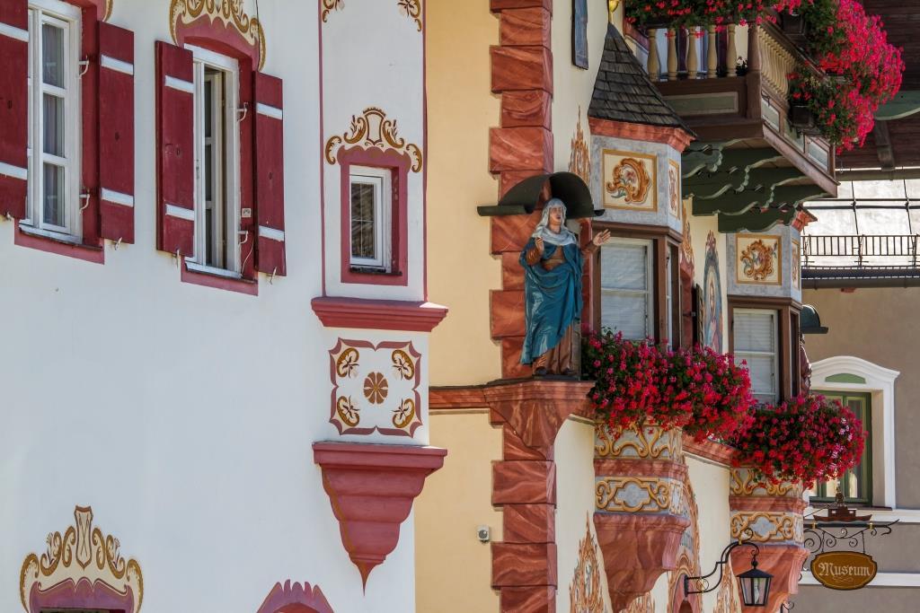 Malerischer Dorfplatz in Neubeuern