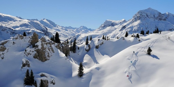 Verschneite Hänge im Skigebiet Ski Arlberg