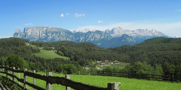 Dolomitenpanorama vom Schlern zum Latemar; die Völseggspitze ist die einzelne Erhebung in der vorderen Reihe