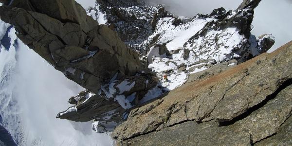 Blick von oben auf den Einstieg mit der schwierigen Platte (Crux)
