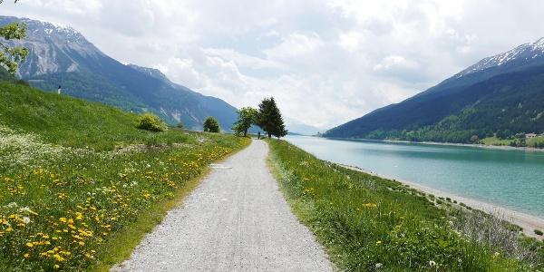 Radweg am See entlang