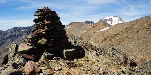 An der Steinpyramide auf dem ersten Plateau angelangt, hat man gut die Hälfte des Gipfelanstiegs geschafft.