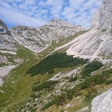 Alpine Umgebung mit dem Gipfel voraus