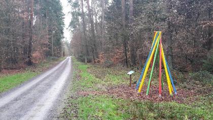 Neu angelegte Skulptur zur Völkerverständigung. Im Hintergrund die Ringheimer Friedensglocke.
