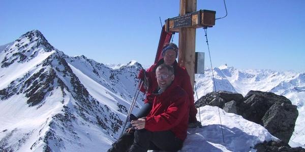 Gipfelkreuz K2, dahinter der Löcherkogel