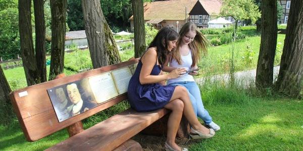 Besucher auf dem GPS Erlebnispfad