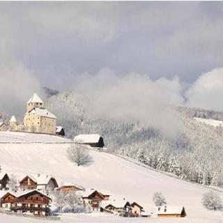 Vista su San Martino in Badia con il castello Tor