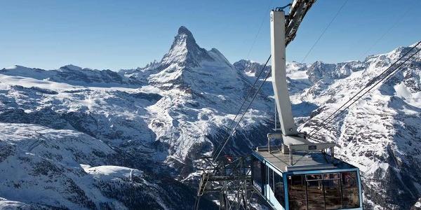 Le téléphérique des remontées mécaniques de Zermatt en route pour la station Rothorn. En hiver, on observe souvent pendant le trajet de nombreux chamois à flanc de montagne.