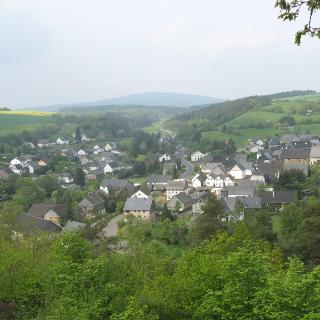 Oberkirn in Kyrbachtal, Hunsrück. Im Hintergrund der Idarkopf.