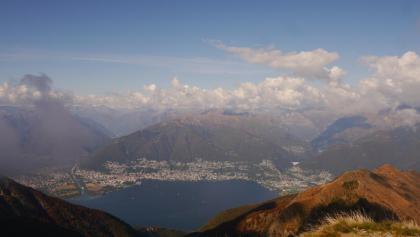 Blick vom Monte Tamaro auf den Lago Maggiore mit dem Maggia-Delta zwischen den Städten Ascona und Locarno