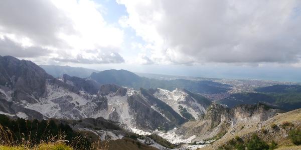 Die Steinbrüche von Carrara, rechts die Stadt Carrara an der Mittelmeerküste